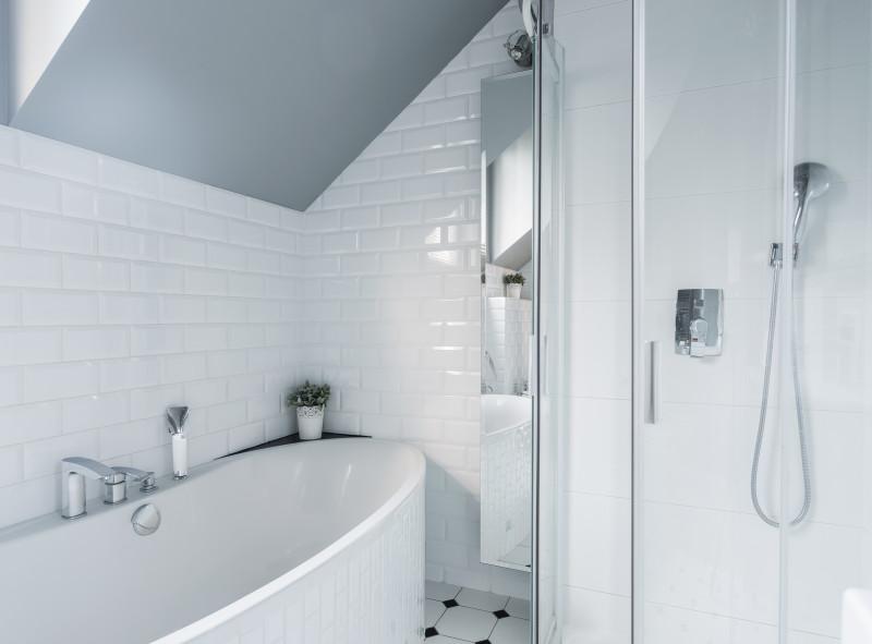 Jak optycznie powiększyć małą łazienkę?