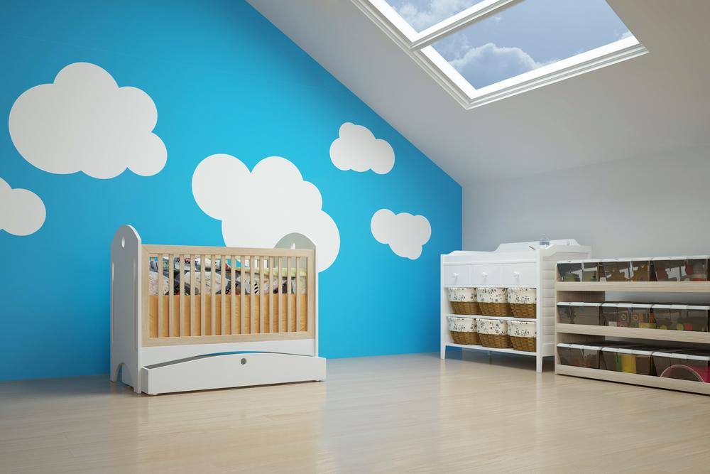 Kolorowe ściany w pokoju dziecka na poddaszu