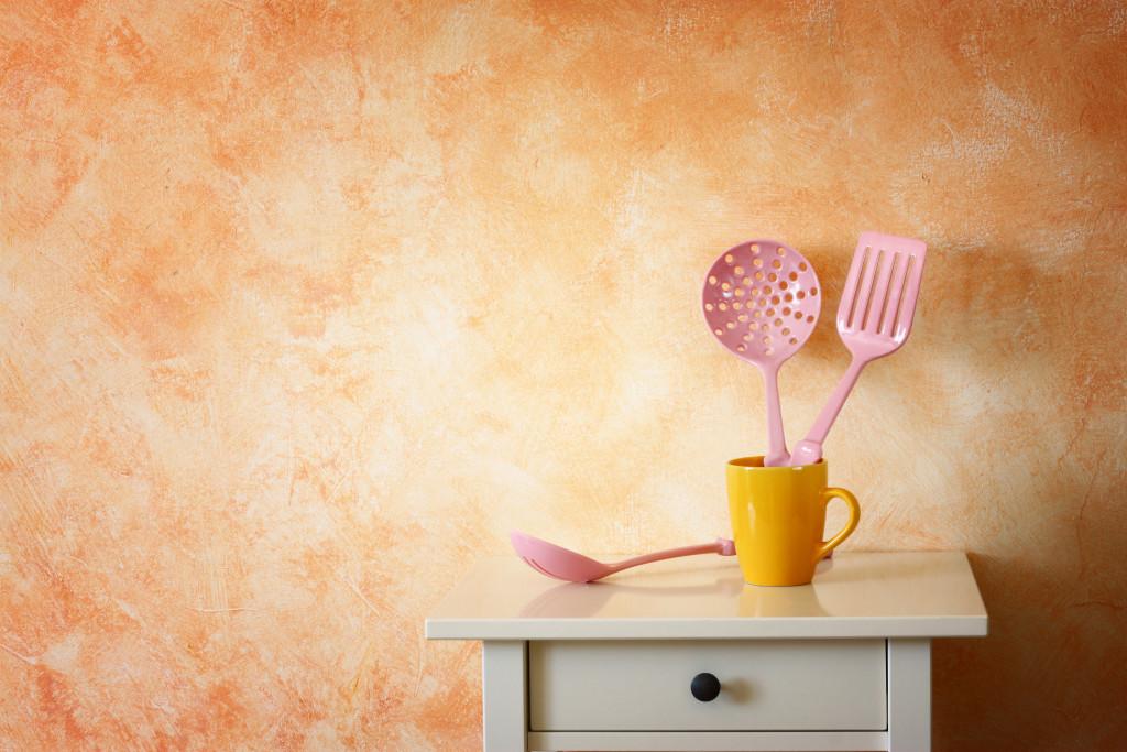 Jak dekorować ściany w kuchni?