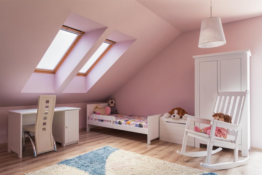 W pokoju dziecka na poddaszu, ustaw pod skosem łóżko lub biurko